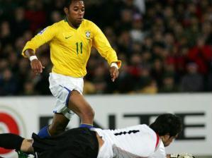 A seleção brasileira começou pressionando o adversário e nesse lance Robinho chega um pouco atras...