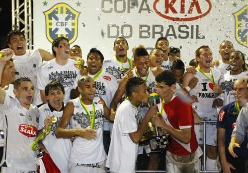 Neymar e Ganso, com camisa alusiva ao Pará, beijam taça no pódio dos campeões