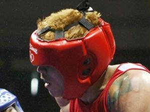 Brasileiro Myke Carvalho, de vermelho, em ação contra Richarno Colin, lutador de Ilhas Maurício. ...