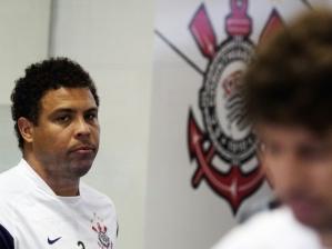 Ronaldo observa Tcheco, em treino do Corinthians. Equipe encara o Oeste pela terceira rodada do C...