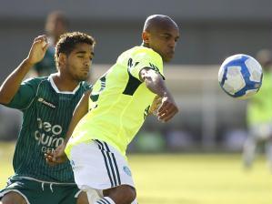 Ewerthon tenta dominar bola no Serra Dourada. Palmeiras empatou com o Goiás