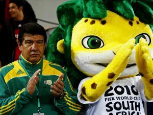 Joel Santana , ao lado do mascote da Copa do Mundo, aplaude entrada da África do Sul em campo con...