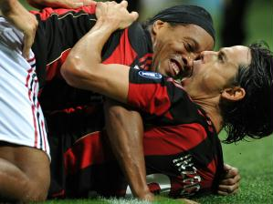 Ronaldinho e Inzaghi celebram juntos gol marcado pelo atacante italiano na partida do Milan contr...