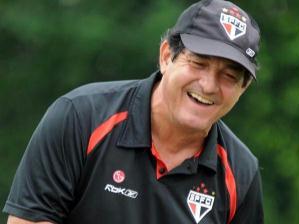 Técnico do São Paulo Muricy Ramalho se diverte em treino da sau equipe nesta manhã no CT da Barra...