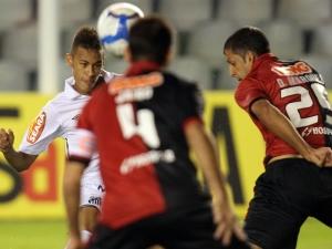 Neymar cabeceia entre dois marcadores, o Santos começou perdendo na Vila