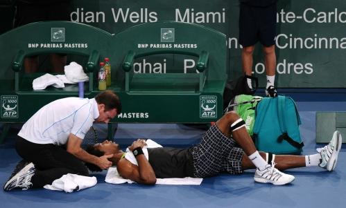 Com dores no pescoço, Monfils recebe atendimento durante o primeiro set