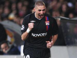 Karim Benzema festeja após marcar para o Lyon em casa na Liga dos Campeões