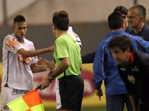 Neymar discutiu com o técnico Dorival Júnior ao final do jogo entre Santos e Atlético-GO