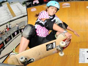 A brasileira Karen Jones foi a única mulher a competir entre os homens nas classificações do skat...