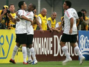 André Santos (à esq.) comemora com Elias e Ronaldo o gol de empate contra o  Santos 8f07ebe5dbdfc