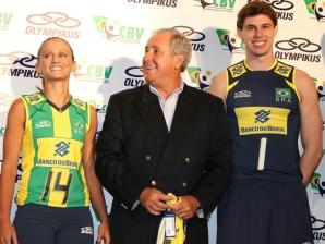 Fabi, Ary Graça e Bruninho durante a apresentação do novo uniforme da seleção brasileira