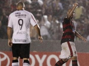 Ronaldo e Adriano durante jogo entre Flamengo e Corinthians, pelas oitavas da Libertadores 2010