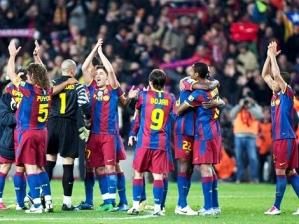 Jogadores do Barcelona aplaudem torcida no Camp Nou e comemoram vitória sobre o rival Real Madrid...