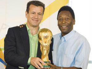 Dunga e Pelé com a taça da Copa do Mundo