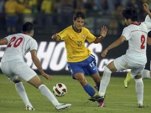Nilmar passa entre dois defensores do Irã. O atacante fez o terceiro gol e fechou a partida. 3 a ...