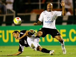 Roberto Carlos disputa lance