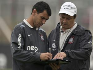Fabio Carlile, ao lado de Adilson Batista, em treno do Corinthians