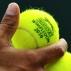 Rafael Nadal escolhe as bolas que vai usar para sacar