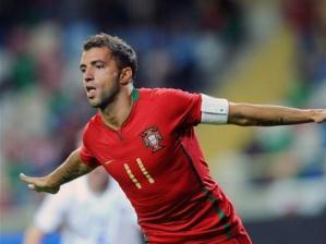 Simão Sabrosa comemora seu gol na goleada por 5 a 0 de Portugal sobre as Ilhas Faroe