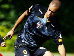 Marlos rouba a bola de Miranda no treino do São Paulo nesta manhã. Time se prepara para semi do P...