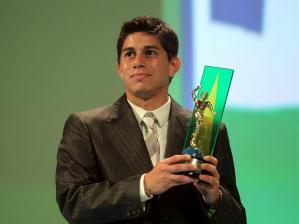 O meia Conca recebe seu troféu no Prêmio Craque do Brasileirão