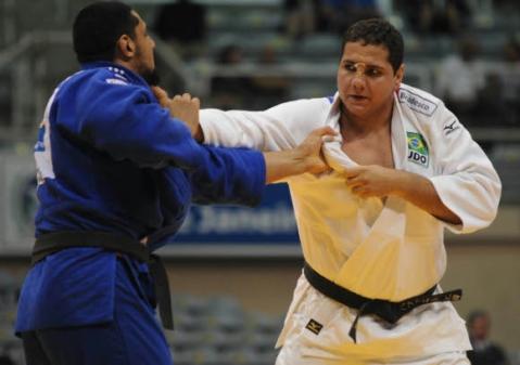 À direita, Rafael Silva em ação na Espanha