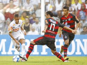 Neymar tenta passar pela marcação da defesa do Flamengo na Vila Belmiro