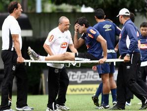 O goleiro Felipe deixa o treino do Santos  contundido