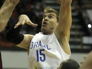 Tiago Splitter tenta jogada durante jogo da sele��o brasileira