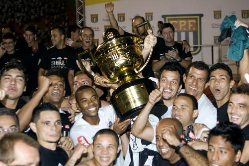 Santos levanta a taça de campeão após suar a camisa no jogo 9b1dc56bdba90