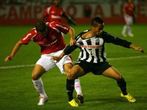 O internacional recebeu o Santos no estádio do Beira-Rio, no dia em que chegaram ao clube Daniel ...