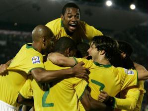 E a pressão brasileira logo deu resultado. Após cobrança de falta de Ronaldinho, Luís Fabiano des...