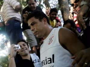 ronaldo é assediado por torcedores durante treino