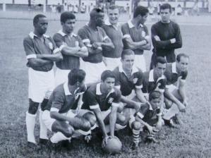 o Inter de Lages campeão estadual de 1965. Anacleto, o último agachado na foto, à direita, fez os...