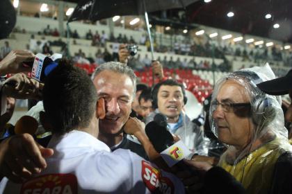 Neymar cumprimenta Dorival