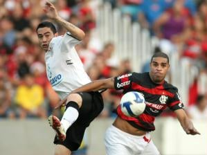 Adriano, do Flamengo, disputa bola com Chic�o