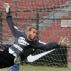 Rafael Santos, goleiro do Corinthians, voa para tentar defender chute em treino do time, no Parqu...