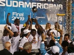 Jogadores do LDU comemoram a conquista da Copa Sul-Americana de 2009