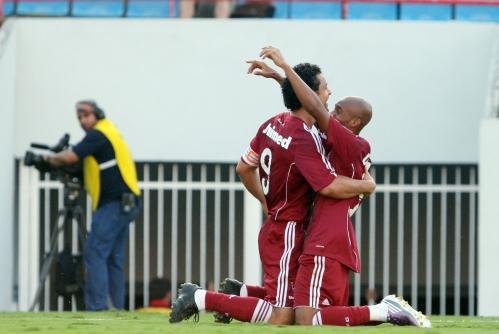 Fred e Tartá, autor do segundo gol do Flu, se abraçam em Barueri