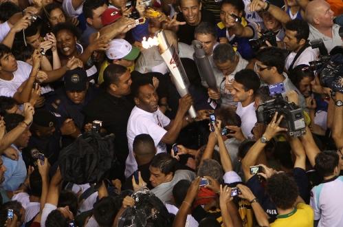 Com a pira, Pelé é cercado por multidão de atletas, jornalistas e cinegrafistas na Vila Belmiro