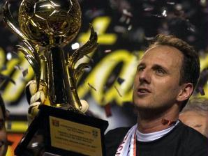 31/10/2007 - São Paulo 3 X 0 América-RN: Rogério Ceni carrega com orgulho a taça de campeão