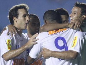 jogadores do cruzeiro comemoram gol contra do goias