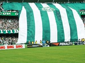 Torcida do Coritiba estende uma bandeira gigante no Estádio Couto Pereira, em Curitiba-PR, durant...