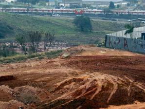 Terreno em Itaquera onde será construído Pólo tecnológico, ao lado do estádio, com linha férrea a...
