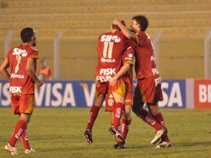 Jogadores do Grêmio Prudente comemoram mais um gol diante do Guarani