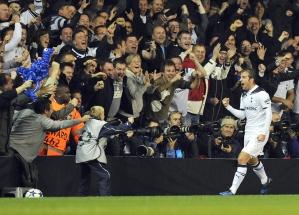 Van der Vaart comemora primeiro gol do Tottenham na vitória sobre a Inter
