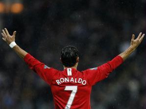Cristiano Ronaldo comemora jdebaixo de chuva a vitória do Manchester United sobre o Blackburn dur...