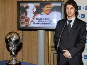 O meia argentino Pablo Aimar, do Zaragoza, recebeu hoje o Troféu EFE de melhor jogador da tempora...
