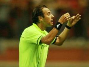 Técnico Mano Menezes, do Grêmio, discute com o árbitro Tardelli, durante a partida contra o Atlét...